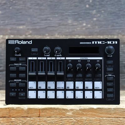 ROLAND MC-101 GROOVEBOX FOUR-TRACK SEQUENCER USB/MIDI PORTABLE GROOVEBOX AVEC BOITE